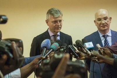 Le Secrétaire général adjoint de l'ONU aux opérations de paix, Jean-Pierre Lacroix, et le Commissaire de l'Union africaine pour les questions de paix et de sécurité, Smail Chergui, lors d'une visite en République centrafricaine début janvier 2019.