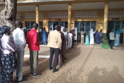 Des sénégalais font la queue pour voter