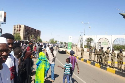 Demonstrators converge on Sudanese Ministry of Defence