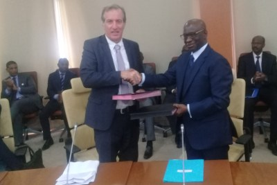 Poignée de main le vice-gouverneur de la BCEAO, M. Abdoulaye Diop et l'ambassadeur de France au Sénégal, M. Christophe Bigot lors de la convention de financement BCEAO-AFD, lundi 03 juin 2019 à Dakar