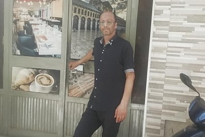 Imed Zaghouani devant son café à Kairouan, Tunisie.