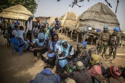 Des enquêteurs de l'ONU accompagnés par des Casques bleus de la Mission des Nations Unies au Mali (MINUSMA) rencontrent des villageois dans le village a été attaqué dans le centre du pays en février 2019.