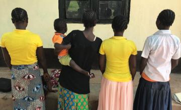 Des adolescentes enceintes et des jeunes mères privées d'éducation