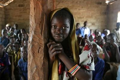 Jeune fille dans une salle de classe en RCA.