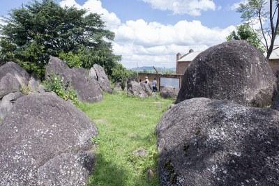 Le site de Kiganda est un site historique rattaché au tout début de la colonisation. C'est ici que fut signée, le 06 juin 1903, la soumission du roi Mwezi Gisabo face aux Allemands, déguisée en accord (connu sous le nom de Traité de Kiganda)