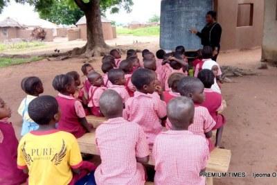 Elèves prenant des cours à l'air libre à cause du délabrement des structures scolaires.