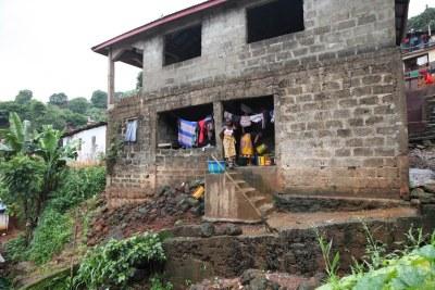 Des femmes font la lessive dans une maison à Freetown, en Sierra Leone, le 29 juillet 2019.