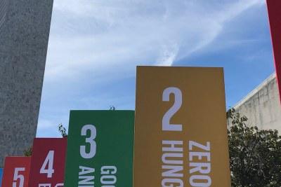 Bannières des objectifs de développement durable devant le siège des Nations Unies à New York