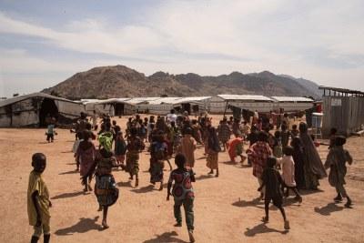 (Photo d'archives) - Des enfants courent après un promoteur de la santé MSF près du camp de transit de Pulka.