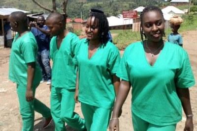 De gauche à droite : Térence Mpozenzi, Egide Harerimana, Agnès Ndirubusa et Christine Kamikazi en route pour leur audience au tribunal de Bubanza, dans l'ouest du Burundi, le 6 mai 2020.