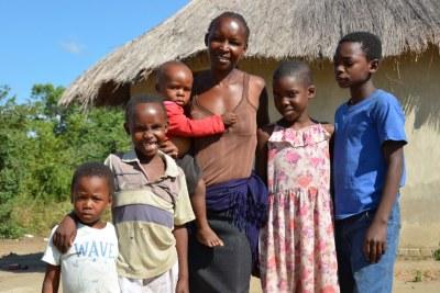 Rebecca et ses cinq enfants devant leur maison à Shamva au Zimbabwé.