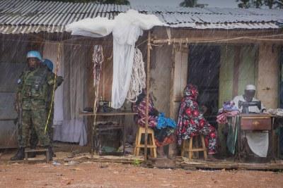 Des Casques bleus de la MINUSCA dans le quartier de PK5 à Bangui, la capitale de la République centrafricaine.