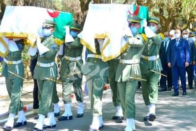 Les restes mortuaires des 24 martyrs de la Résistance populaire rapatriés de France, vendredi dernier, ont été inhumés, dimanche, au Carré des Martyrs au cimetière d'El Alia à Alger, lors de funérailles solennelles à la hauteur des sacrifices consentis par ces héros.