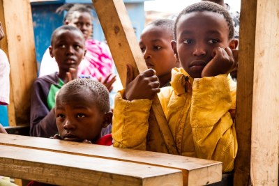 Des enfants à l'ouverture d'un centre à Mlango Kubwa, dans le bidonville de Mathare dans la capitale kenyane, Nairobi