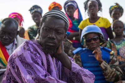 Des Maliens écoutent des Casques bleus de la MINUSMA lors d'une réunion sur la justice et la réconciliation dans la région de Mopti (photo d'archives).