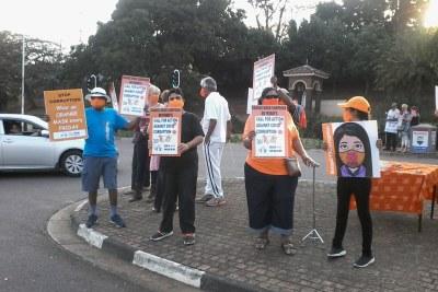Des dizaines de militants vêtus de masques orange piquent près de Kenneth Kaunda Road à Durban North pour exiger que les pilleurs de fonds de Covid-19 soient emprisonnés. Ils se sont engagés à organiser des piquets similaires tous les vendredis jusqu'à ce que leurs demandes soient satisfaites.