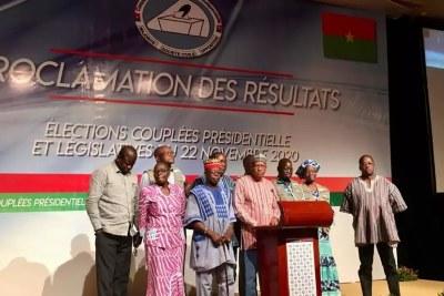 Newton Ahmed Barry, au centre, le président de la Céni avec les 9 commissaires qui ont accepté de poursuivre la proclamation des résultats au Burkina Faso, le 24 novembre 2020.