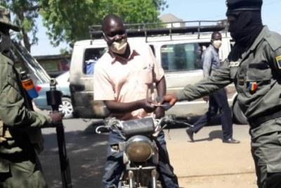 Le journaliste de Radio FM Liberté Dingamlare Édouard empêché d'accéder à sa station au moment de l'intervention des forces de sécurité contre son média vendredi 27 novembre à N'Djamena, Tchad.