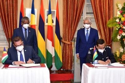 Le premier protocole d'accord sur la sécurité et la lutte contre la criminalité a été signé par Sylvestre Radegonde, le ministre des Affaires étrangères et du Tourisme et le commissaire de police de Maurice, Khemraj Servansin.