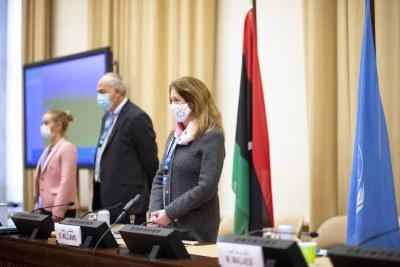 La Représentante spéciale par intérim du Secrétaire général Stephanie Williams (à droite) et les délégations des deux parties écoutent l'hymne national libyen au début de la réunion du Comité consultatif du Forum de dialogue politique libyen, à Genève