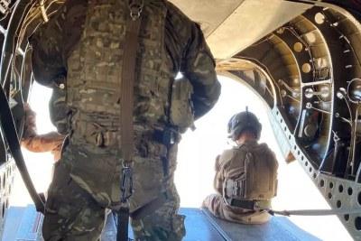 François Lecointre, chef d'état-major des armées en visite d'inspection au Mali, survolant le désert du Gourma malien à bord d'un CH47 chinook britannique.