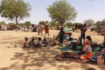 Des réfugiés fuyant les récentes violences dans la région du Darfour au Soudan s'assoient à l'ombre près de la ville d'Adré, au Tchad.