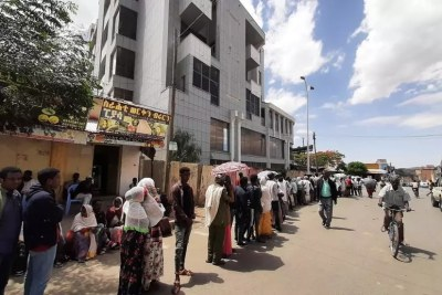 De nombreuses banques de la région du Tigré en Ethiopie ont été détruites ou pillées et sont fermées. Ici à Aksoum, une des rares banques ouvertes avec une longue file d'attente. Les gens attendent des heures pour pouvoir retirer du liquide ou réaliser des transactions. Mai 2021.