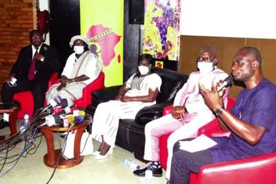 Selon le DG du FESPACO, Moussa Alex Sawadogo (micro en main) : «Le Sénégal a été choisi pour le dynamisme actuel de son industrie cinématographique».