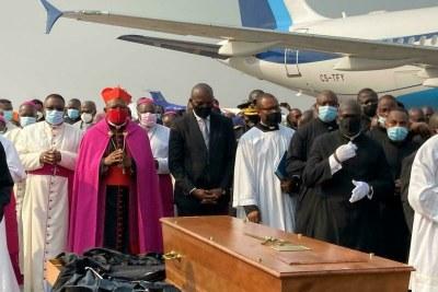 Arrivée du cercueil du cardinal Monsengwo sur le tarmac de l'aéroport de Ndjili, en RDC, le 18 juillet 2021.