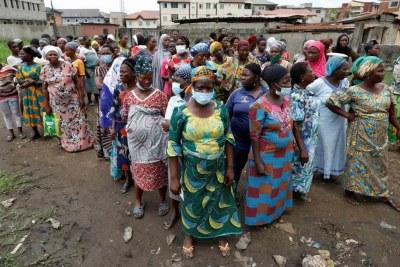 Des femmes du Nigeria à la recherche d'aide face aux conséquences économiques du Covid-19
