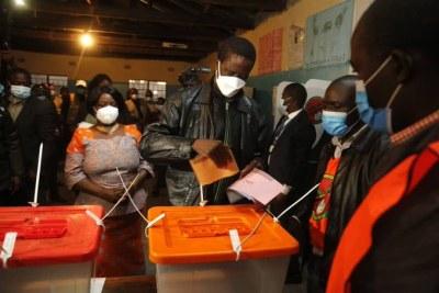 Le président zambien Edgar Lungu vote, le 12 août 2021.