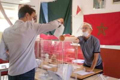 Un électeur introduisant son bulletin de vote dans pour les élections générales dans un bureau de vote à Rabat, ce mercredi 8 septembre 2021.